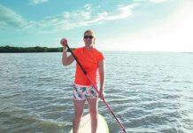 Plage de Foué, mercredi 4 janvier. Aurélie Goromeran s'entraîne en stand up paddle pendant que son fils fait du va'a. Ce week-end, elle donnera la main, avec les autres licenciées du Koohnê glisse Club, aux filles du Women Sup Tour.